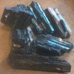 Zwarte Toermalijn ruw met mica stukken