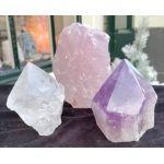 Extra heldere kwaliteit Super Magical Trio of De Gouden Driehoek Amethist Rozekwarts geslepen ruwe puntkristallen en Bergkristal op standaard