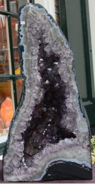 Amethist Geode met dieppaarse kristallen middengroot