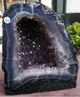 Amethist Geode klein met donkere kristallen