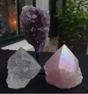 Extra speciaal Magical trio of Gouden driehoek met Amethist op standaard en Bergkristal geslepen ruwe punt en Rozekwarts angel aura geslepen ruwe puint.
