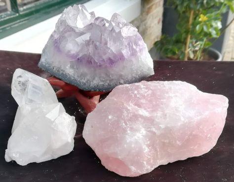 Magical Trio Amethist- Rozekwarts-Bergkristal ' Standaard' medium groot satijnzachtpaarse kristallen